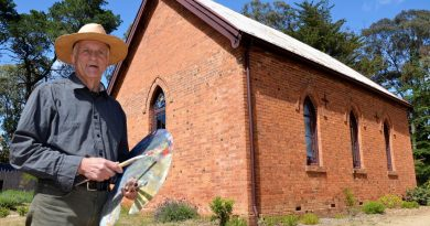Artist and teacher David Moore is shifting his popular oil painting classes from Montsalvat in Melbourne to a special location at Elphinstone.